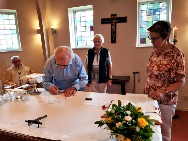 Lay Mill Hill Missionary Associates Renew Contract (2)